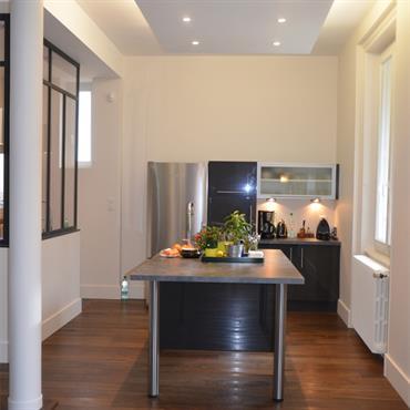 A la demande des clients, cette cuisine se compose d'une zone de préparation et d'un espace repas, séparé par un ... Domozoom