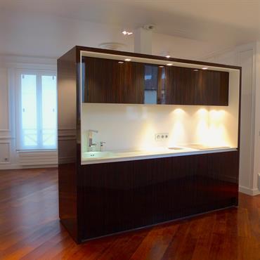 Le meuble paravent est un ilot central qui dissimule toute la partie technique de la cuisine et permet d'avoir une ... Domozoom