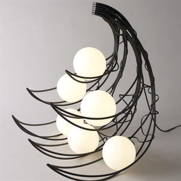 Quand la lampe se plaît à montrer son fil, on ne sait plus où l'objet commence ni où il s'arrête. ... Domozoom