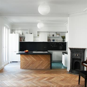 Pour cette réunion de 2 appartements en 1 à Paris, l'enfilade des ouvertures a été privilégiée pour redonner sa noblesse ... Domozoom