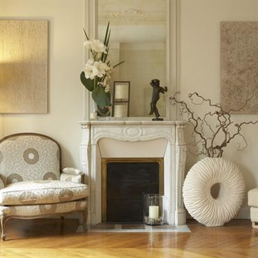 Dans cet appartement classique, pas question de faire disparaître le parquet en point de Hongrie, les moulures et la cheminée ... Domozoom