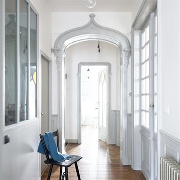 Rénovation complète d'un appartement ancien, de la conception à la réalisation Le challenge de ce projet : trouver l'équilibre entre les ... Domozoom