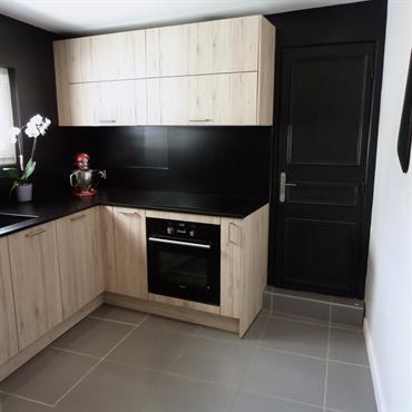 Cuisine complétement rénovée des murs jusqu'au plafond avec une ambiance bois et murs noirs  Domozoom