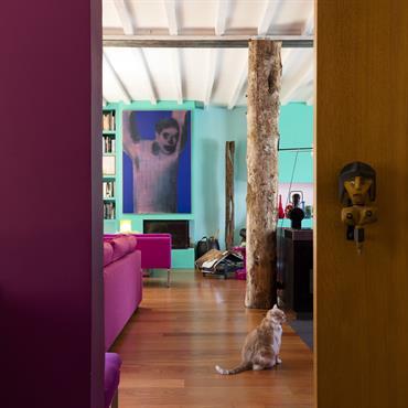 Pour ce loft, l'architecte a pris le parti de couleurs fortes, qui dispensent à l'espace un caractère onirique, aquatique et ... Domozoom