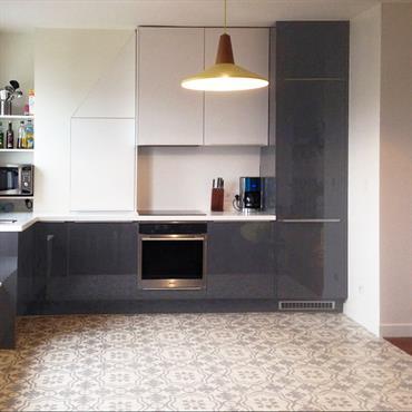 Les propriétaires avaient acheté cet appartement en souhaitant modifier l'accès de l'entrée sur la pièce à vivre. Ils souhaitaient également agrandir l'espace cuisine et remplacer totalement la salle de bain ...