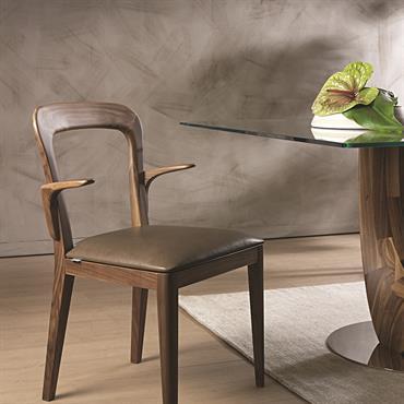 Gaya est une chaise qui se déplace facilement entre tradition et innovation. Chaise avec accoudoirs en bois de feuillu.  Domozoom