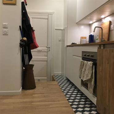 Rénovation totale d'un studio : création d'une mezzanine avec un escalier-dressing, d'une salle de douche fonctionnelle et d'une cuisine optimisée ... Domozoom