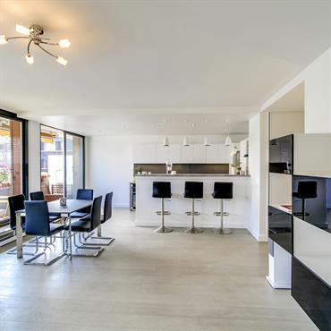 Pour la rénovation de cet appartement, Ré-novateurs a réorganisé l'espace. La cuisine a été déplacée à côté du salon, et ... Domozoom
