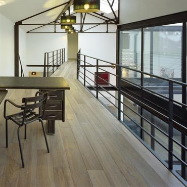 Un magnifique intérieur aux espaces aérés et mis en valeur par un parquet contrecollé Chêne Nebraska de Carresol-parquet.