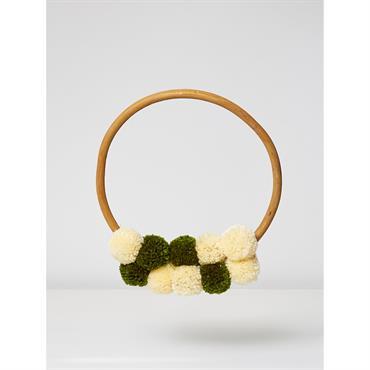 Accrochée au mur ou sur une porte, la couronne de pompons est chaleureuse et originale. Une déco idéale pour les fêtes mais sympa aussi les autres jours de l'année ! ...