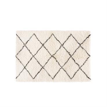 Avec le coussin en laine et coton 160x230 ISMA , l'artisanat marocain vient s'épanouir dans les intérieurs modernes et épurés. Composé à 80% de laine, ce tapis berbère authentique revisite ...
