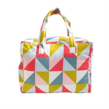 Ce sac à langer pratique et fonctionnel offre une grande capacité, des poches intérieures et extérieures et est imperméable. Il se ferme par fermeture éclair et possède deux hanses. Il ...