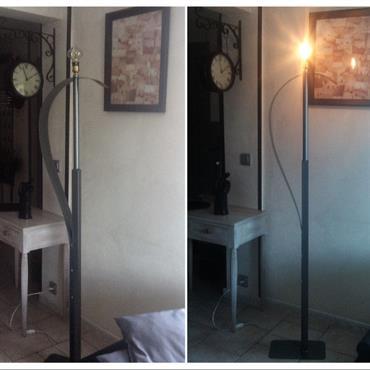 Nice surplombant cette création cette grosse ampoule vintage lui donne toute son originalité.  Domozoom