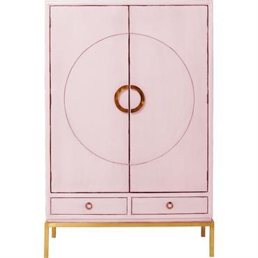 Avec son délicieux look, cette armoire fera un très bel effet dans un intérieur moderne ou rétro. Posée sur un piétement en acier affiné, elle offre aussi deux tiroirs en ...