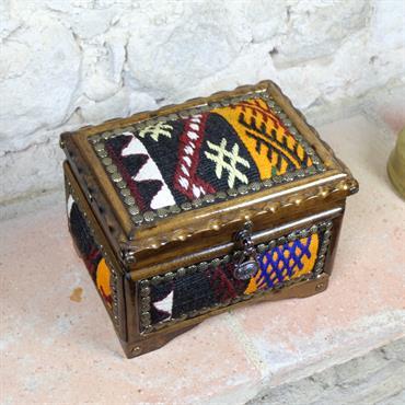 Ces jolies boîteset coffrets sont en bois de noyés et son décorés de kilim oriental. Travail artisanal !  Domozoom