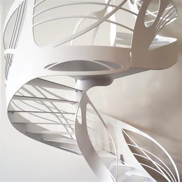 Cet escalier design hélicoïdal de style Art Nouveau est une création originale de Jean Luc Chevallier pour La Stylique.  Domozoom