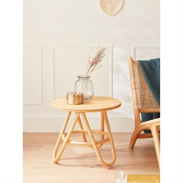 Table basse, table de chevet ou table d'enfant. Quelle que soit son utilité, cette table en rotin fait revivre la tendance vintage. Un style naturel et authentique très en vogue ...