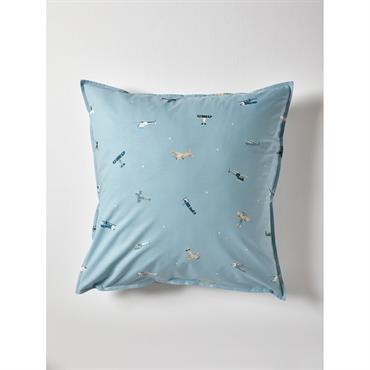 Taie d'oreiller réversible sur fond bleu ciel. D'un côté, de magnifiques biplans, et de l'autre, une multitude de petites étoiles blanches. Une tendre parure de lit qui emmène tout droit ...