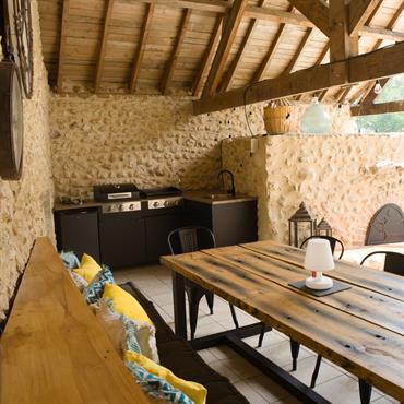 La terrasse couverte avec un magnifique four à pain n'était pas réellement exploitée, une cuisine d'extérieure a été aménagée. Un ... Domozoom
