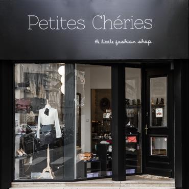 Une jolie boutique de prêt à porter féminin dans le 9ème à Paris, décorée par Les Murs ont des oreilles  Domozoom