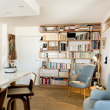 Pièce de vie avec bibliothèque sur mesure.