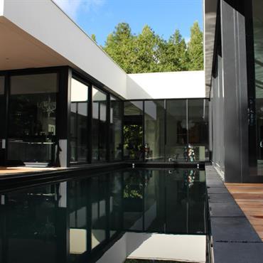 Maison contemporaine & minimaliste avec piscine  Domozoom