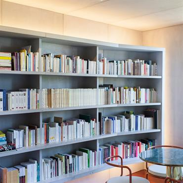 Appartement Paris 13ème. Réalisation « Concrete flat » - habillage des murs et plafond, de la bibliothèque suspendue, plan de ... Domozoom