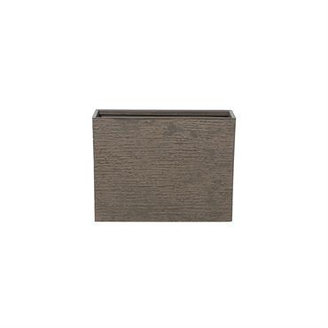 Cache pot de forme rectangulaire et de couleur marron foncé. Le cache-pot en forme rectangulaire s'intégrera aussi bien à l'intérieur qu'à l'extérieur. Au fond se trouve une ouverture de 2 ...