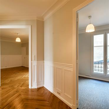Rénovation d'un appartement de 130 m² pour aménager des bureaux professionnels. Ré-novateurs a entièrement pensé et imaginé ce projet pour ... Domozoom