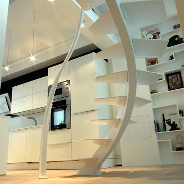 Cet escalier design Triangle à limon central et marches en métal est une création de jean Luc Chevallier pour La ... Domozoom