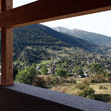 Un chalet contemporain surplombant une vue imprenable sur un paysage intacte au coeur de la vallée de Saint-Luc en Suisse.  Utilisation ... Domozoom