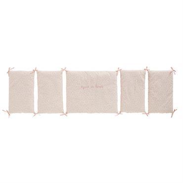 Pour compléter le trousseau de votre petit cur, misez sur le tour de lit bébé en coton blanc et rose à motifs LILA . Tout en délicatesse avec sa jolie ...