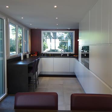 """Pour ce projet de rénovation, la problématique était simple : transformer une petite cuisine """"vieillotte"""" en une pièce à vivre, ... Domozoom"""