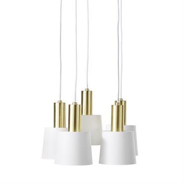 Inondez votre petit cocon d'une lumière bienveillante avec la suspension 5 abat-jours en métal blanc et doré FJORD . Grâce à ses 5 sources lumineuses, votre nid douillet fera chaque ...
