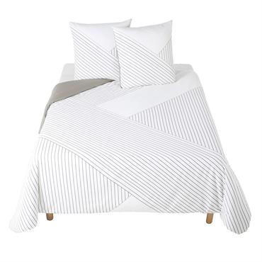 La parure de lit en coton blanc motifs graphiques 220x240 BACKSTAGE s'intégrera à merveille dans une chambre contemporaine ou scandinave. Composée d'une housse de couette et de deux taies d'oreiller, ...
