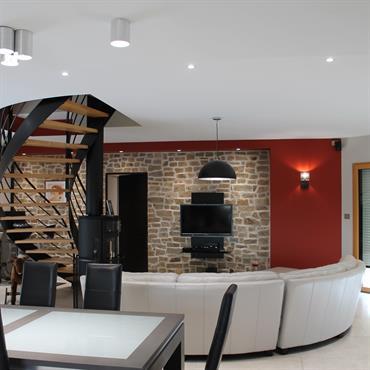 Salon séjour contemporain avec escalier central bois et métal