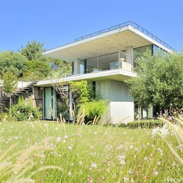 Private House est une villa contemporaine, alliant verre et béton, offrant une superbe vue sur la mer tout en se ... Domozoom