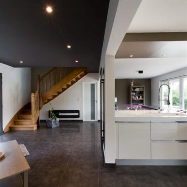 Grande cuisine familiale ouverte sur le salon.  Un grand plan de travail en verre laqué violet rattaché au plan de travail ... Domozoom