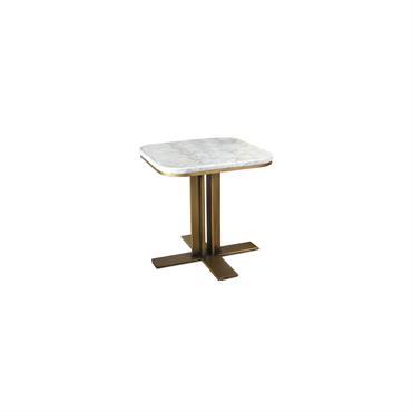 L'alliance marbre et laiton aux accents art-déco. La table d'appoint en marbre Carrera dispose d'un élégant plateau en marbre de carrare clair contrastant avec son piètement en laiton doré lumineux ...