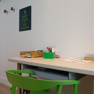 Chambre d'enfant avec nombreux rangement, lit plateforme et bureau sur mesure  Domozoom