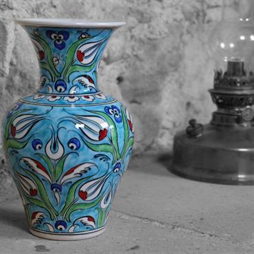 Ambiance exotique avec le vase turquoise Derya par KaravaneSerail. Céramique de haute qualité décorée de tulipes ottomanes.  Domozoom