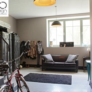 Beau style vintage esprit loft industriel pour cette entrée équipée de grands casiers de rangement vintages industriels, d'un grand canapé en cuir patiné.