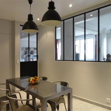 Dans un grand appartement de l'ouest parisien, la cuisine est repensée et communique avec la pièce à vivre grâce à ... Domozoom