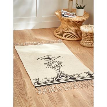 Toutes les ambiances sauront mettre en valeur ce tapis à motifs ethniques. Ses longues franges soulignent d'autant plus son style artisanal. Détails Finition franges. 2 tailles au choix : 80 ...