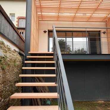 Extension d'habitation avec une terrasse bois faisant office de claustra...  Domozoom