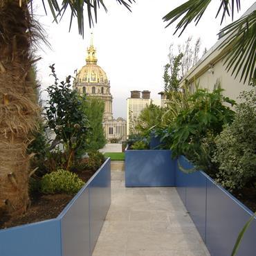 Ensemble de jardinières réalisées sur mesure pour l'aménagement d'un magnifique toit terrasse Parisien, avec vu sur Les Invalides et sur ... Domozoom