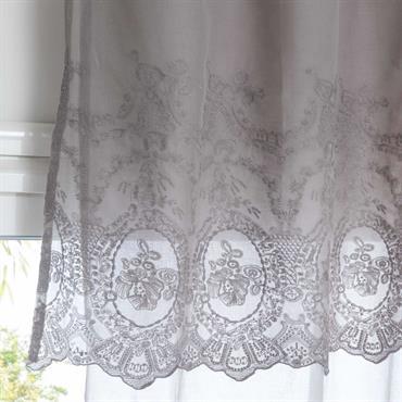 Rideau à nouettes en coton gris brodé à l'unité 140x260