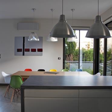 Dans cette villa de la Côte d'Azur, les plans de travail ont été réalisés en béton « minérale lisse ». ... Domozoom