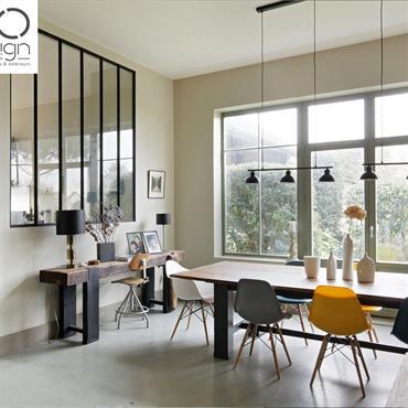 Verrière de séparation verre et acier noir entre la cuisine et le salon.