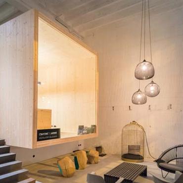 Création d'une boîte en bois en panneaux massifs pour créer l'espace travail. Création d'un jardin d'hiver & d'un showroom.  Domozoom